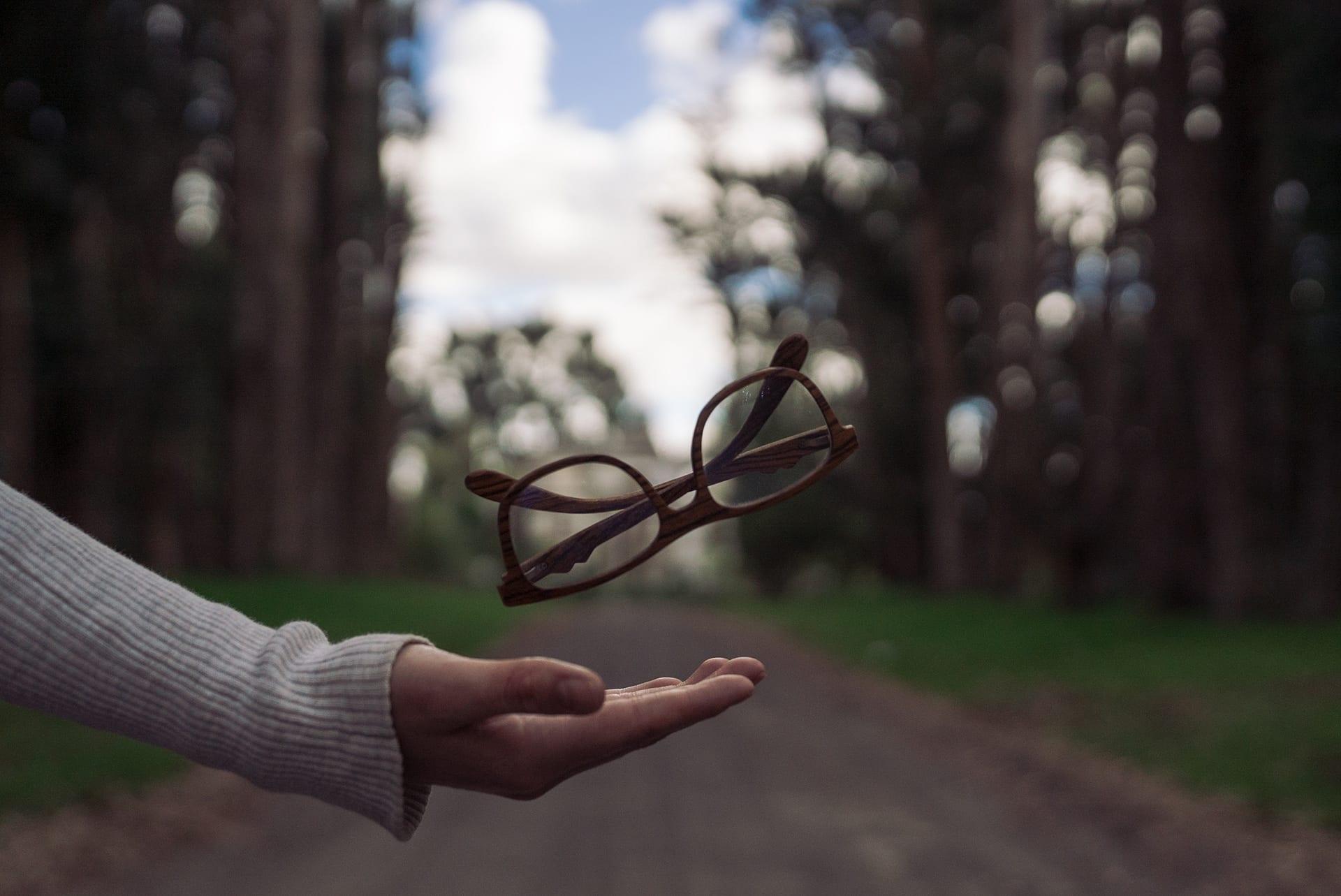 floating glasses bg
